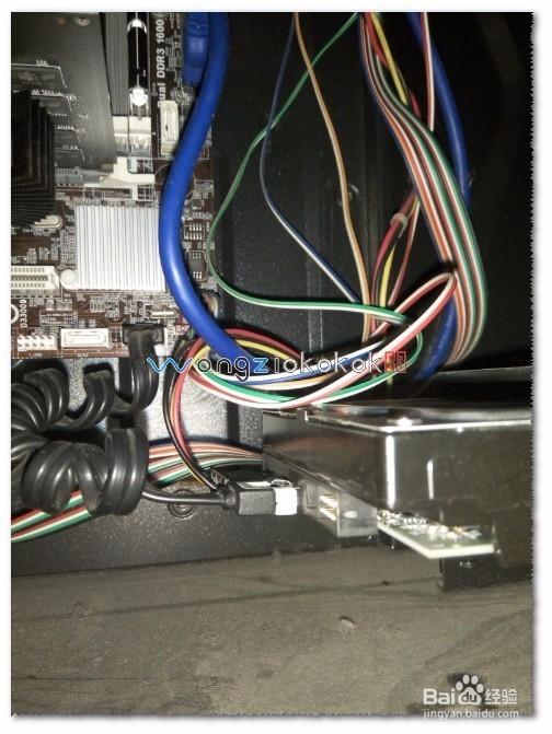 硬盘数据线接好,前后盖装上——并把所有的连接线接好,启动电脑发现无